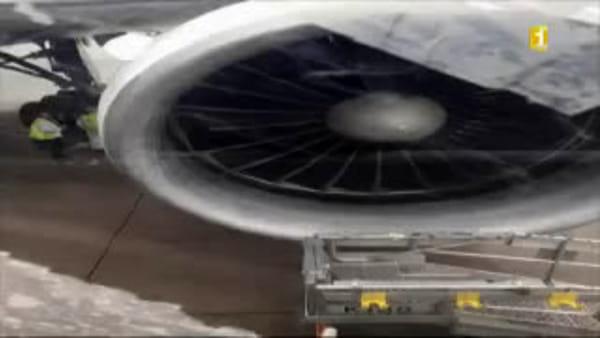 Aereo-scarica-carburante-in-volo-colpiti-bambini