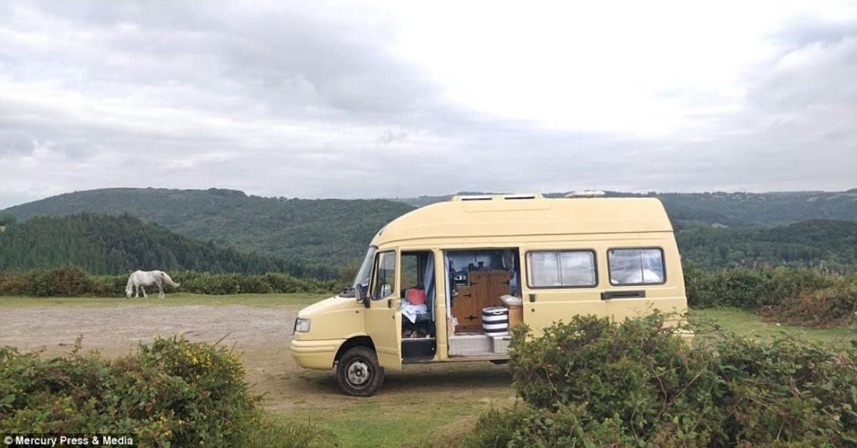 Donna scaricata dal fidanzato si trasferisce in un furgone e lo trasforma nella casa dei sogni