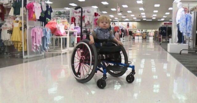 Il bimbo su sedia a rotelle resta ipnotizzato davanti a un c