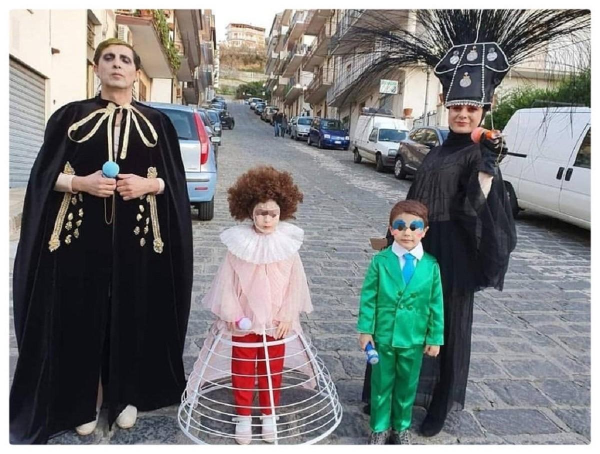 Achille Lauro vince anche il carnevale 2020: foto di una famiglia vestita come lui diventa virale