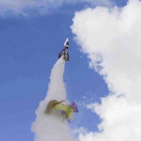 Il razzo perde il paracadute, lui precipita nel vuoto
