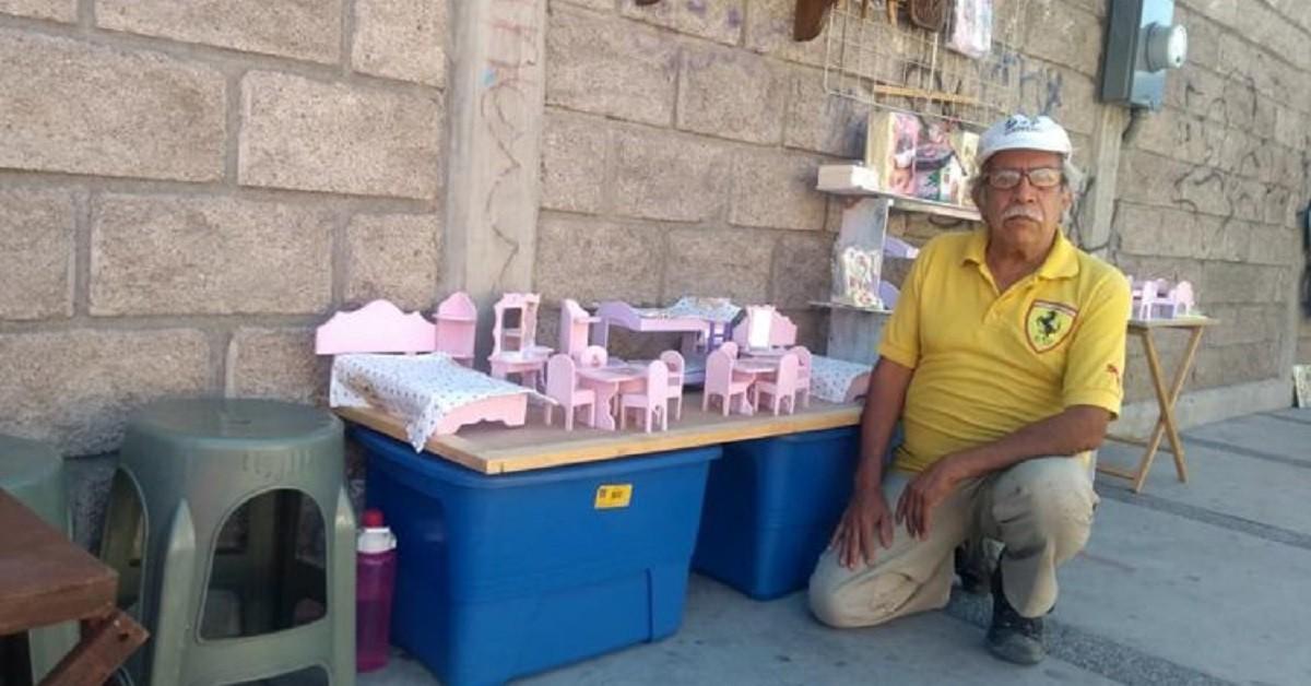 Nonno piange perché nessuno compra i suoi mobili, finché non arriva una giovane donna