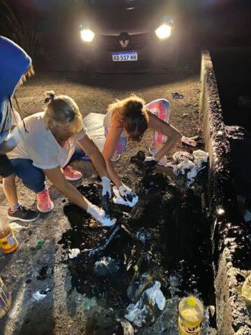 Bambini salvano una povera cagnolina ricoperta di catrame