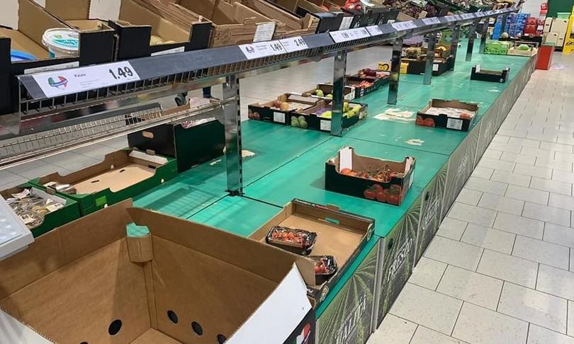 Coronavirus, scaffali vuoti nei supermercati della Lombardia