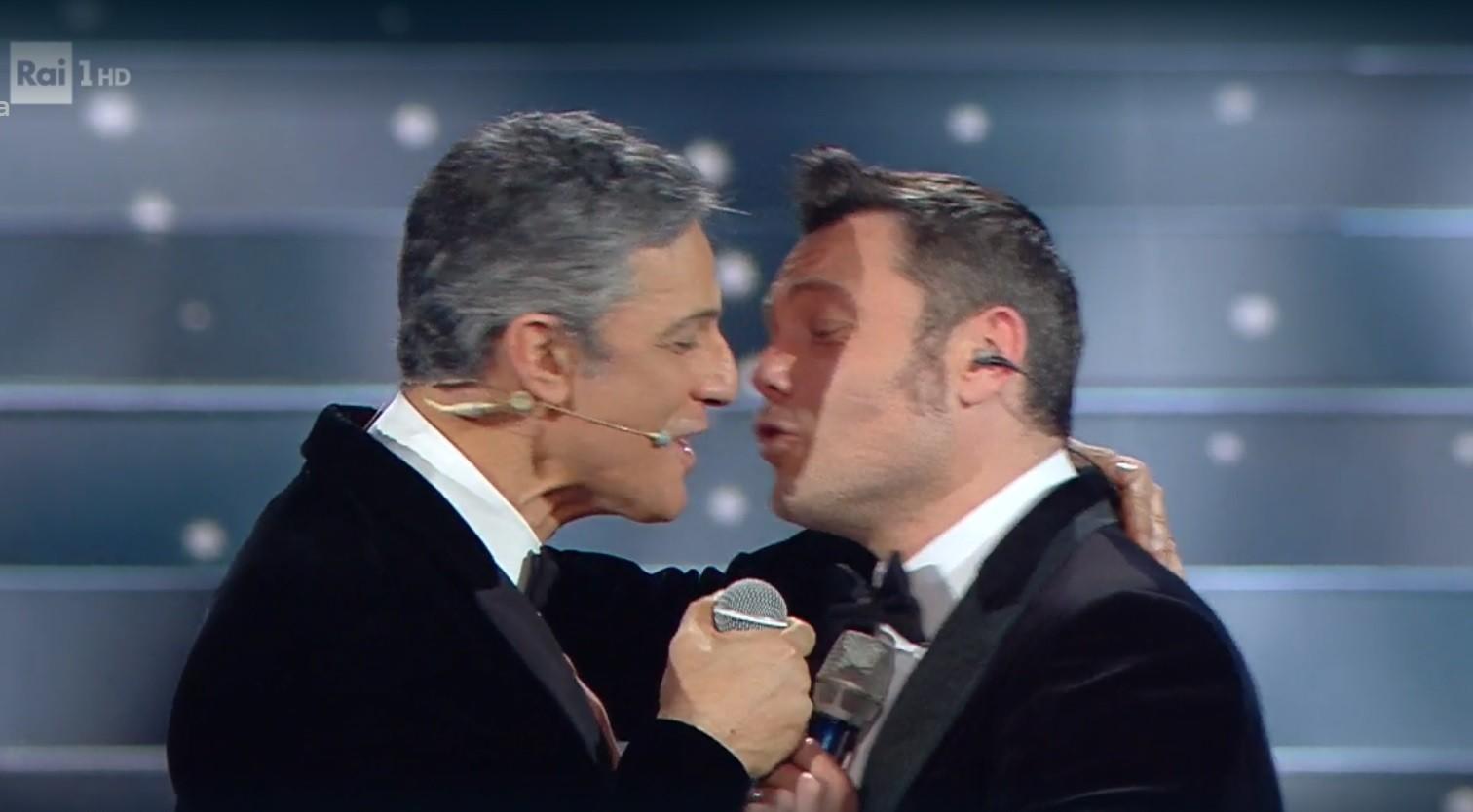 tiziano-ferro-fiorello-bacio