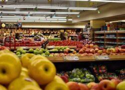 uomo supermercato verdure