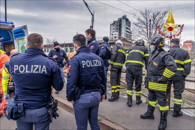 Milano |  20enne fugge dalla polizia e si getta nel Naviglio  Ora è ricoverato in ospedale