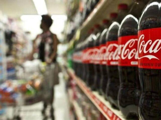 Bottiglie di Coca Cola sugli scaffale