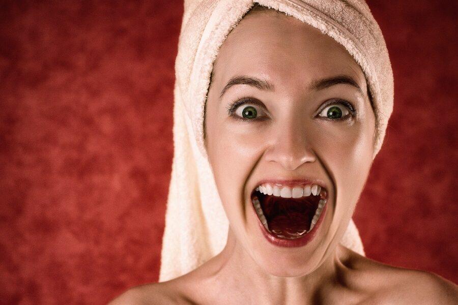 Denti che cadono con sangue