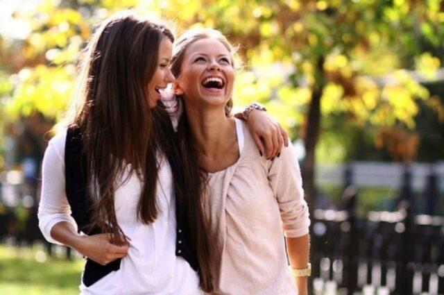 Amiche che ridono