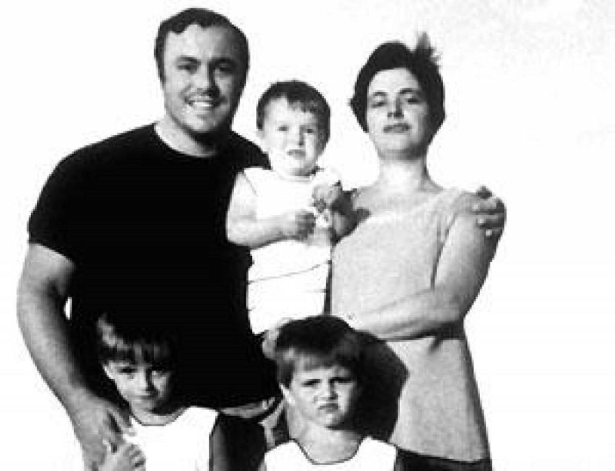Luciano Pavarotti con Adua Veroni e le figlie