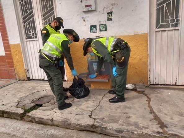 La polizia dà da mangiare ai cani durante la quarantena