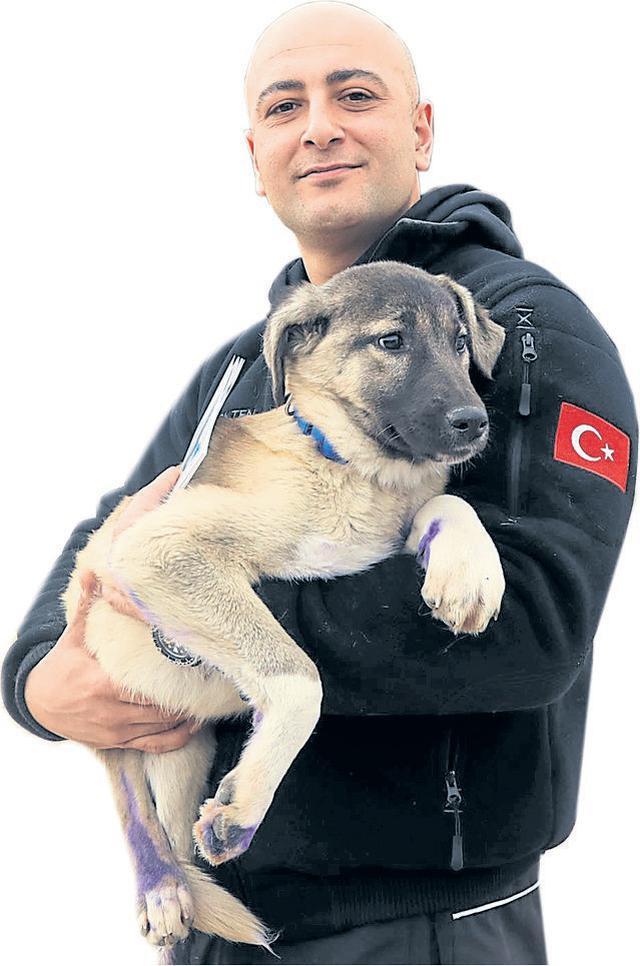 Burak Ökten e il cane salvato