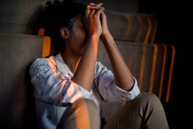 donna preoccupata per stress
