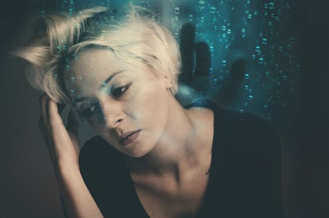 donna triste e pensierosa