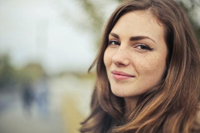 Dimagrire il viso: trucchi e alimenti per farcela