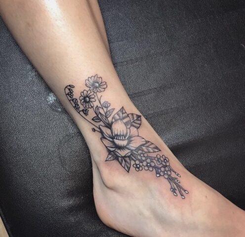 Tatuaggio floreale sulla caviglia