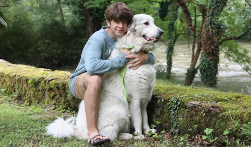 Maxence abbraccia il cane