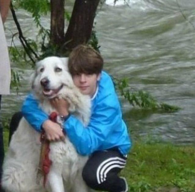 Maxence abbraccia il cane che ha salvato