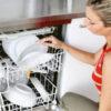 Donna con lavastoviglie