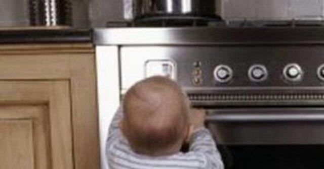bambino di 2 anni pentola di acqua bollente