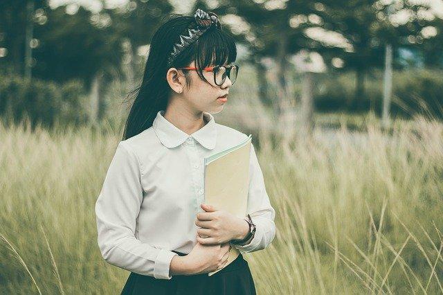 Bambina che studia