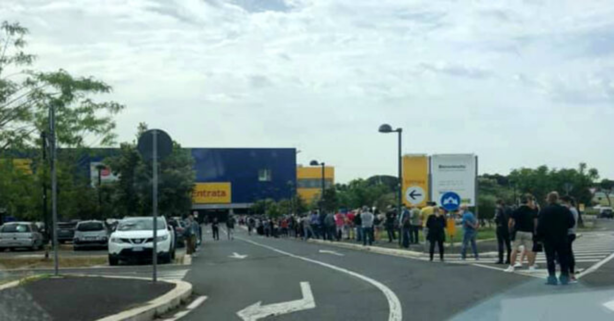 Ikea Roma Anagnina fila chilometrica fuori il negozio
