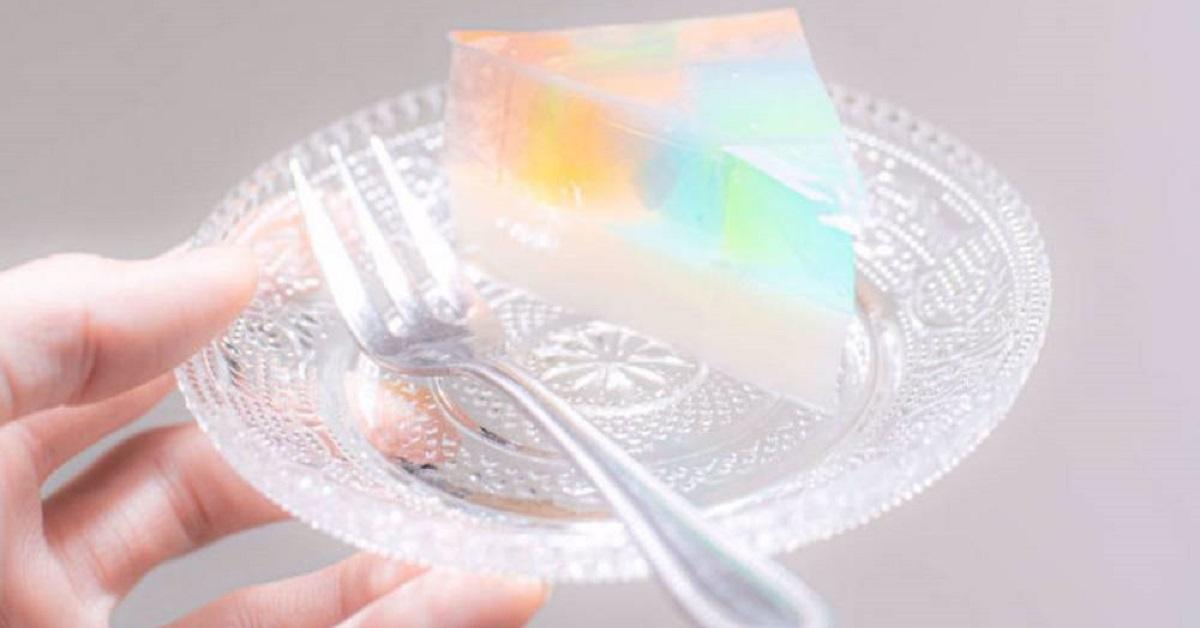 La torta di gelatina al latte arcobaleno facile da preparare