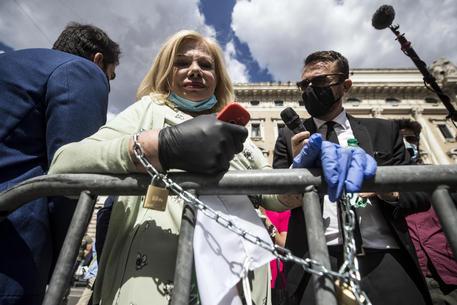 Sandra Milo incatenata a Palazzo Chigi