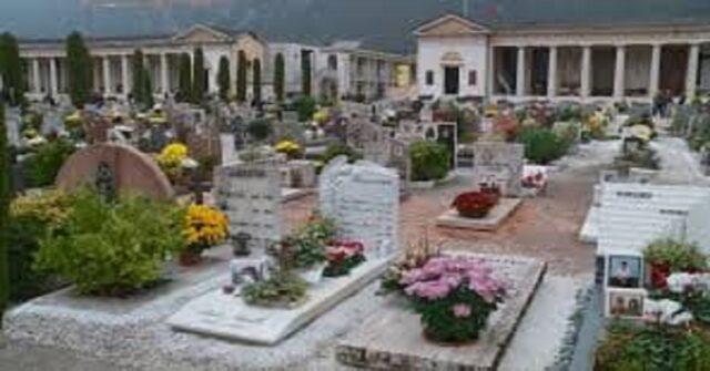 Scopre chi è che porta i fiori sulla tomba del fratello
