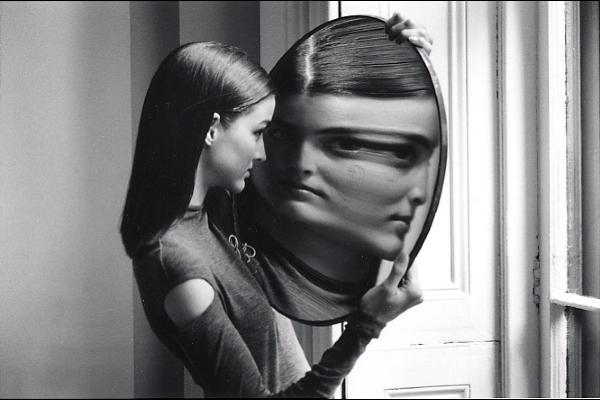 donna e specchio