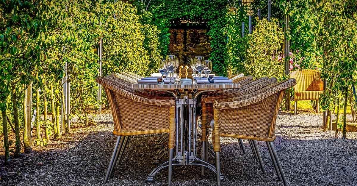 Giardini e balconi diventano sale da pranzo e cucine open air