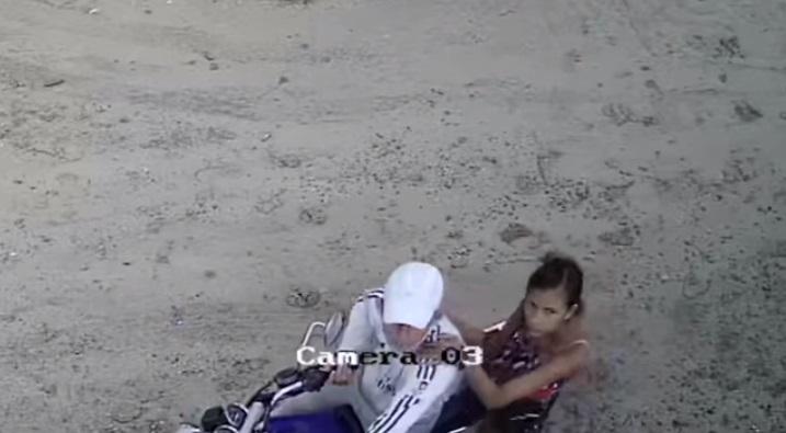 Coppia in moto abbandona cani