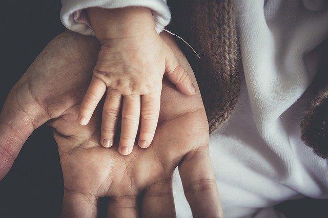 Bambino di 2 anni salvato dalla polizia