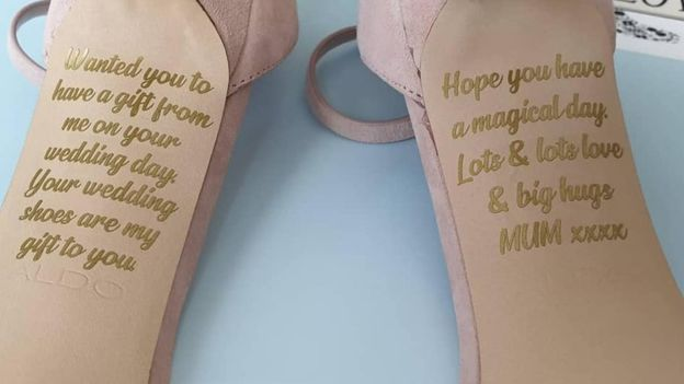 Le scarpe della sposa contengono un messaggio