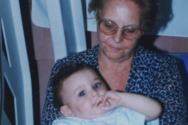 Alberto Urso in braccio alla nonna