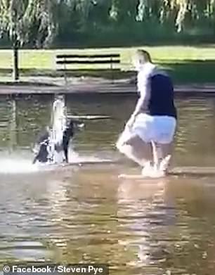 Ragazzo senza vestiti nella fontana