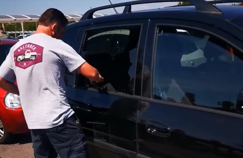 Il finestrino rotto per liberare il cane