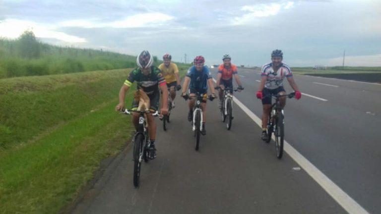 Gruppo di ciclisti in strada