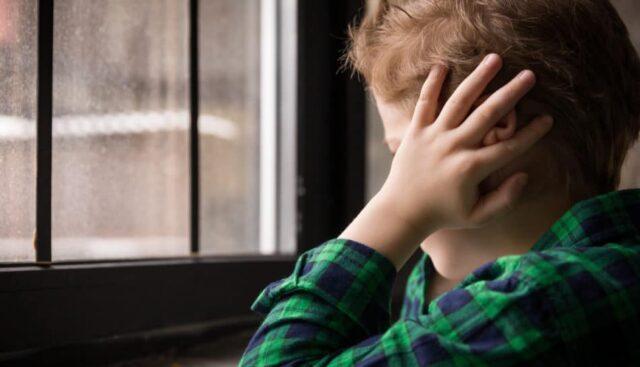 Mamma tenta di soffocare figlio autistico