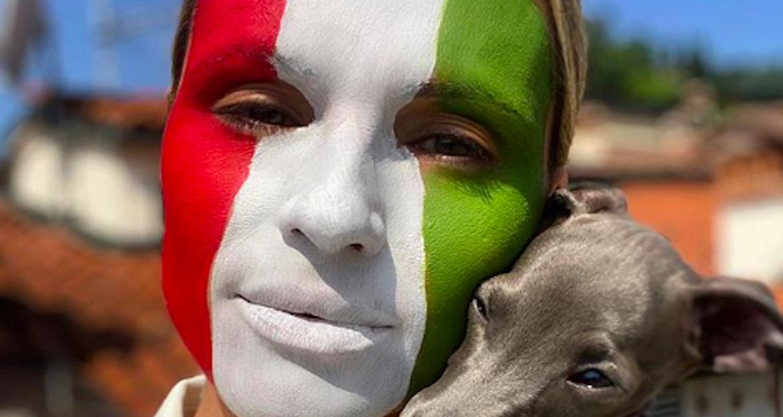 Michelle Hunziker bandiera italiana viso