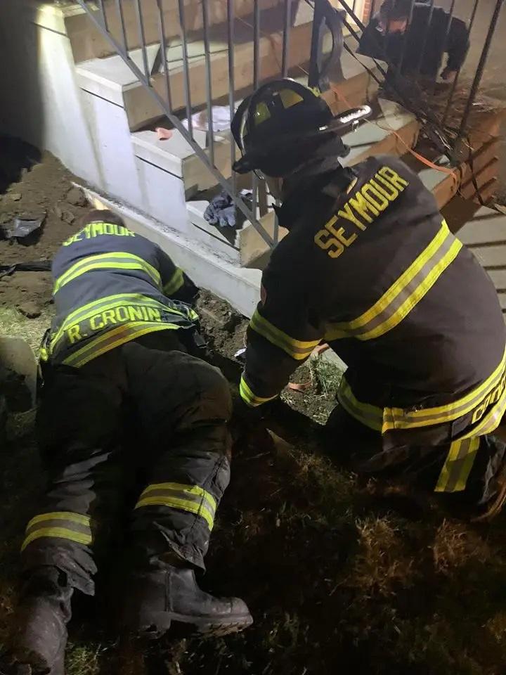 Pompieri scavano in profondità