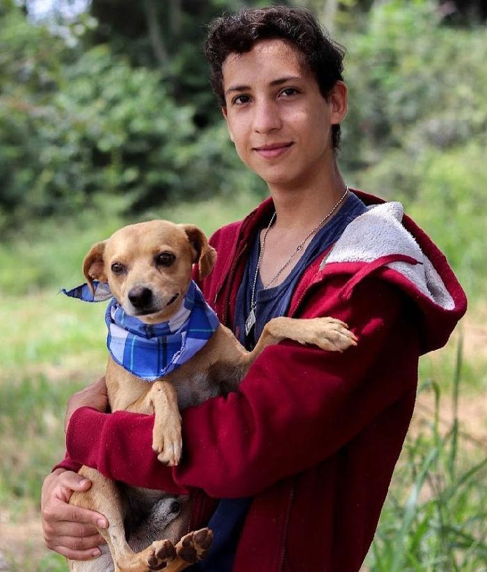 Eduardo Caiado e un cane salvato