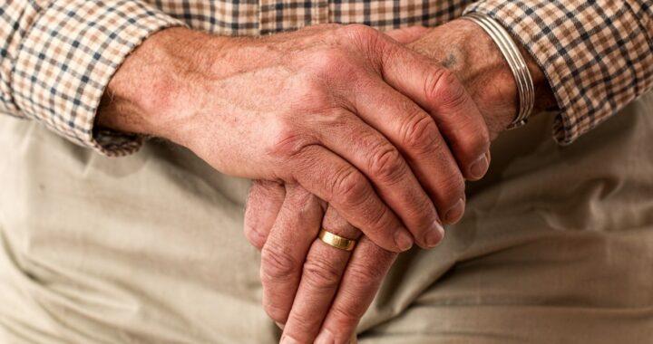 Anziano morto in casa da solo: nessuno va al suo funerale