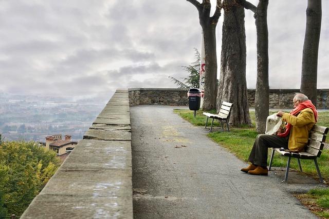 Anziano da solo al parco