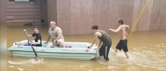 Il soccorso dei volontari durante le piogge