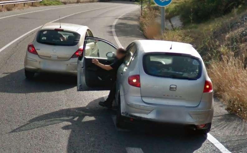 Auto si ferma in strada