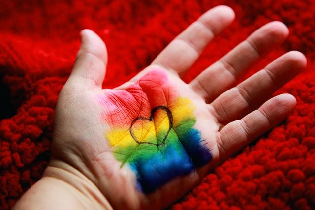 Bandiera arcobaleno sulla mano