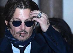 """Johnny Depp si difende dall'ex moglie e accusa: """"Ha defecato nel letto"""""""