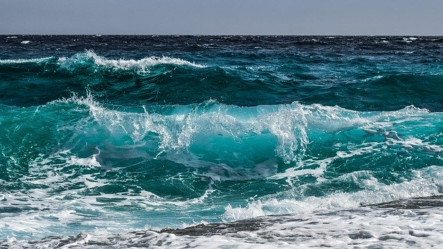 Mare agitato con onde